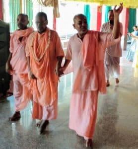 Дружба между вайшнавами в Радхе-кундже